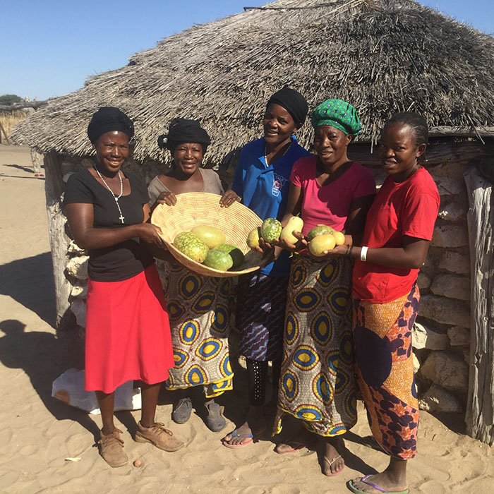 Frauen in Namibia mit Kalahari Melonen
